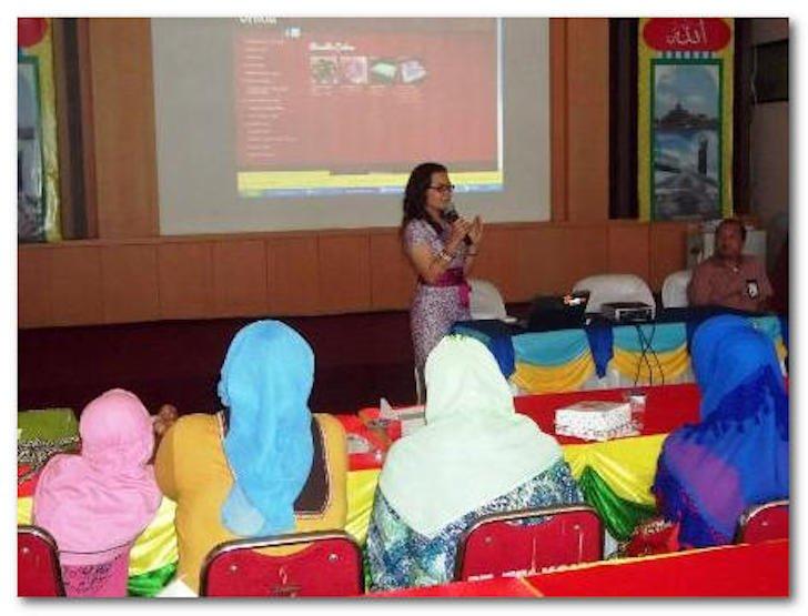 Owner Delicia Cake Sedang Memberikan Presentasi