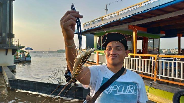 Menikmati Pemandangan Sore Pinggiran Sungai Kapuas Bersama Blogger Borneo