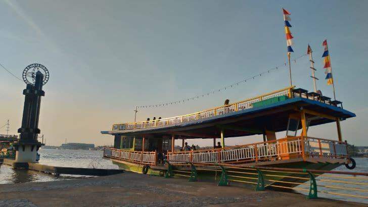 Menikmati Paket Wisata Sungai Kapuas Di Taman Alun Pontianak