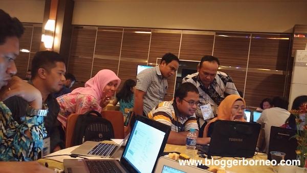 Tim Teknis KEMKOMINFO Sedang Memberikan Panduan Mengenai Penggunaan Tanda Tangan Digital