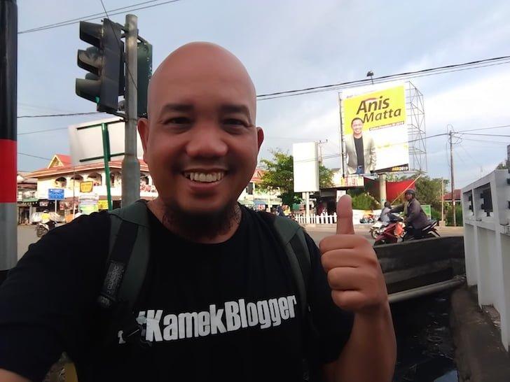 Blogger Borneo Foto Selfie Baliho Anis Matta Perempatan Danau Sentarum Pontianak