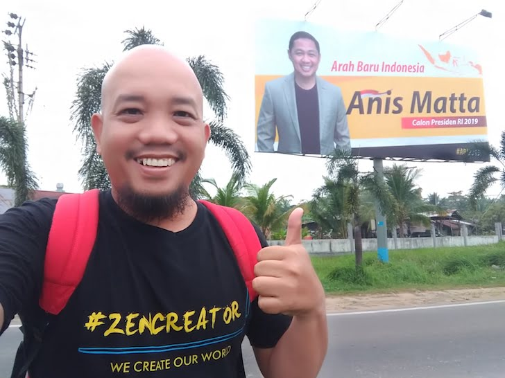 Blogger Borneo Foto Selfie Baliho Anis Matta Perempatan Jembatan Kapuas 2