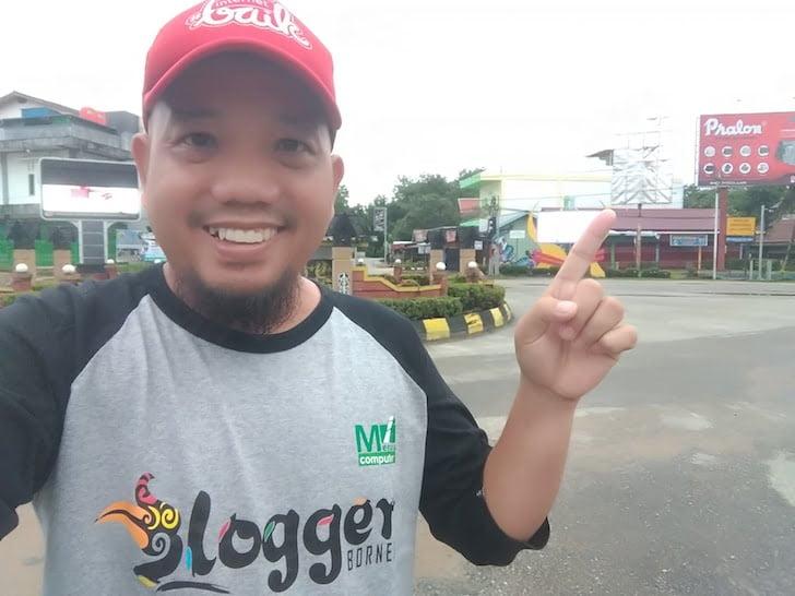 Blogger Borneo Foto Selfie Baliho Anis Matta Simpang 5 Sintang