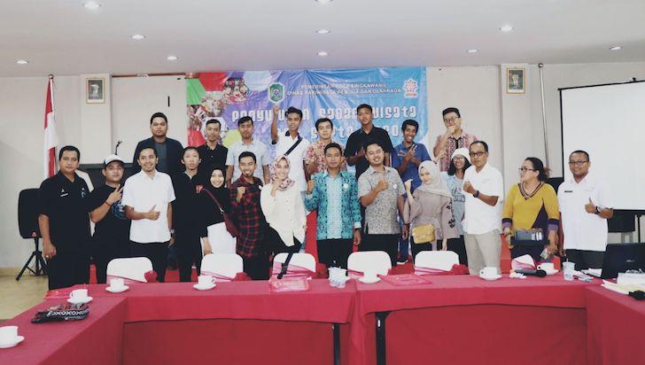 Para Anggota GenPI Singkawang sedang Berfoto Bersama Kepala Dinas Pariwisata, Pemuda, dan Olahraga Kota Singkawang