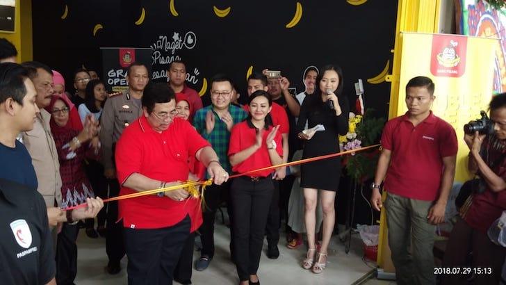 Prosesi Gunting Pita Peresmian Outlet Sang Pisang Pontianak oleh PJ Gubernur Kalimantan Barat