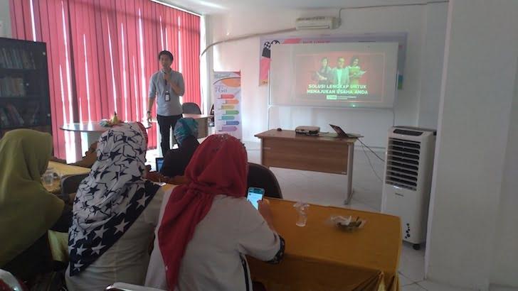 Perwakilan Telkomsel Memberikan Presentasi di Event Perdana PontiMarket