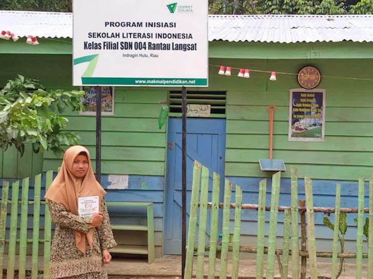 Guru Honorer Mengajar di Pedalaman Indonesia
