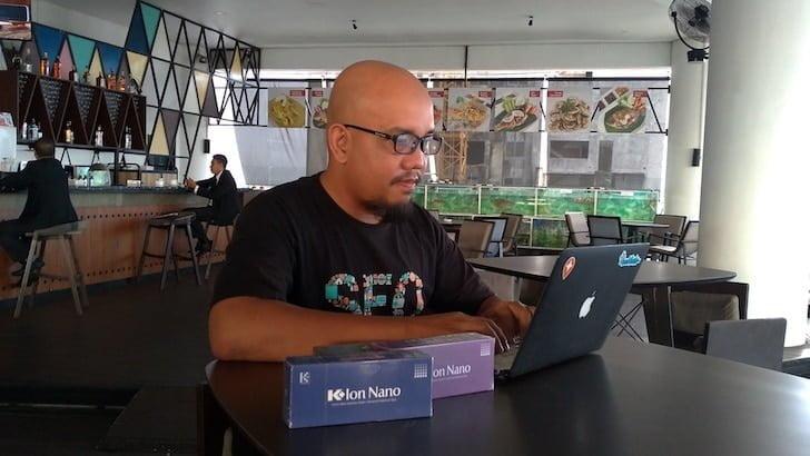 Blogger Borneo Menggunakan Kacamata Terapi Ion Nano
