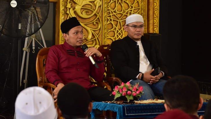 Ustadz Salim A Fillah Sedang Memberikan Tausyiah di Masjid Raya Mujahidin